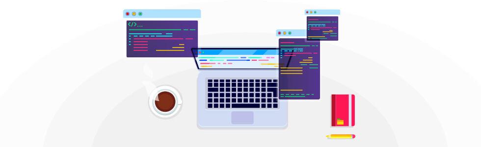 Notebook na pracovnom stole a otvorené textové editory s kódmi